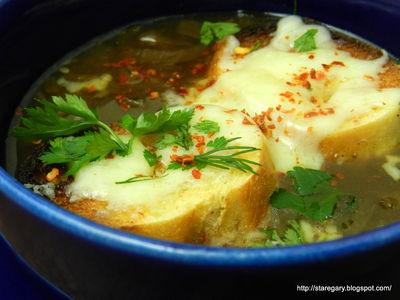 Zupa cebulowa z czerwonej cebuli z wolnowaru