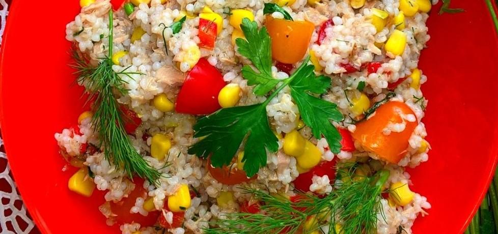 Sałatka z kaszą jęczmienną, tuńczykie, kukurydzą, papryką i ...