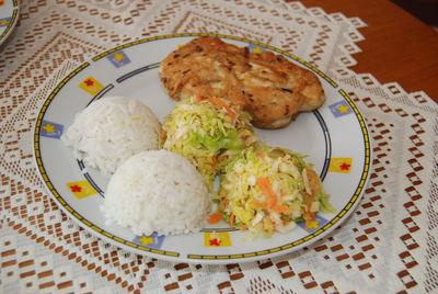 Racuchy z piersi z kurczaka z surówką warzywną i ryżem ...