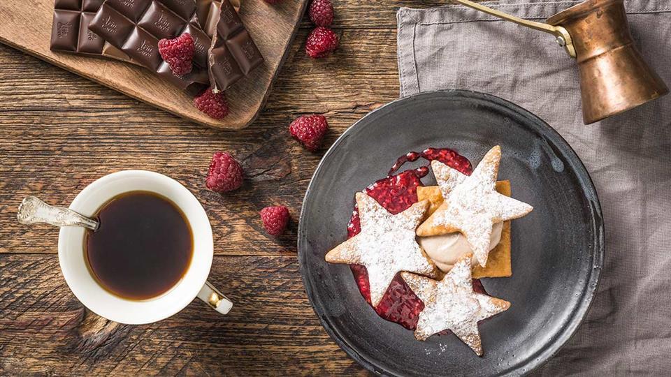 Deser czekoladowo-kawowy z malinami