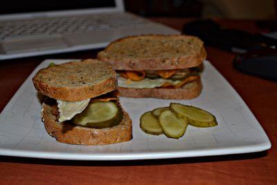 Grillowana kanapka z kotletem i chipsami