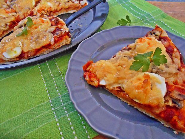 Przepis  pizza z jajkiem i białą kiełbasą przepis