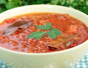 Rozgrzewająca zupa pomidorowa z soczewicą i papryką