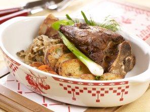 Gicz barania z kiszoną kapustą, grzybami i ziemniakami pieczonymi ...