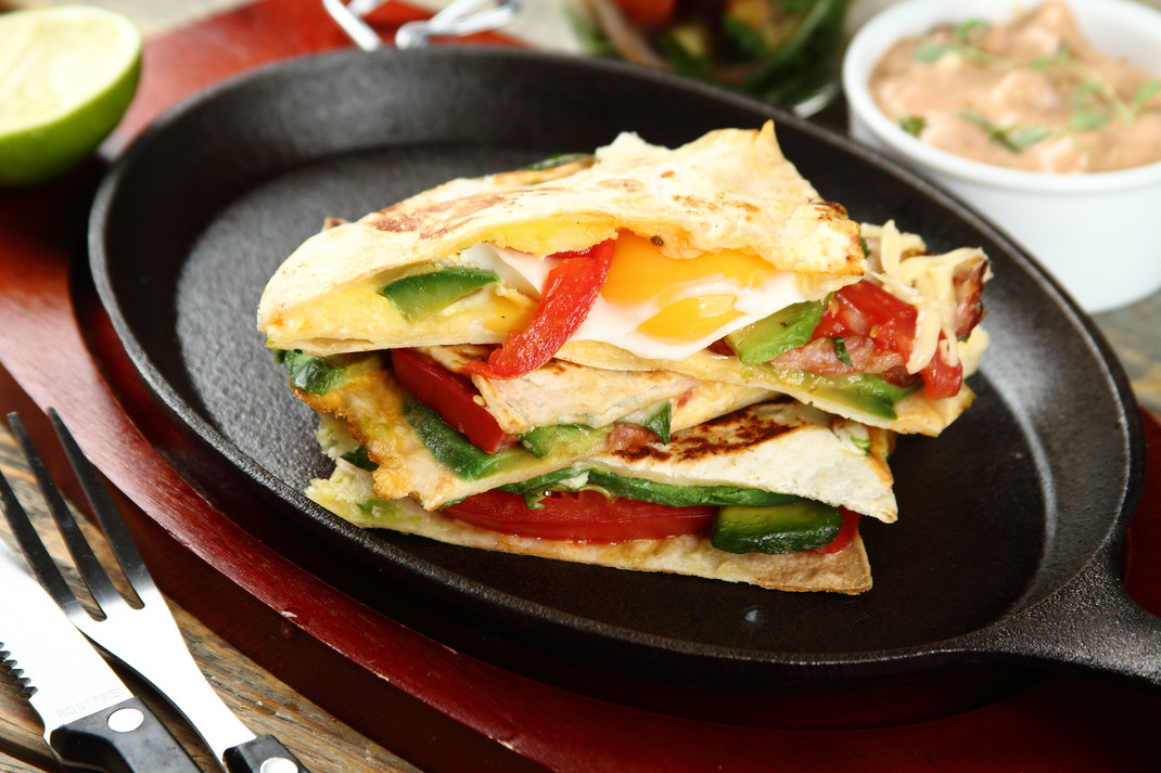Tortilla zapiekana z jajkiem i awokado z dipem meksykańskim ...