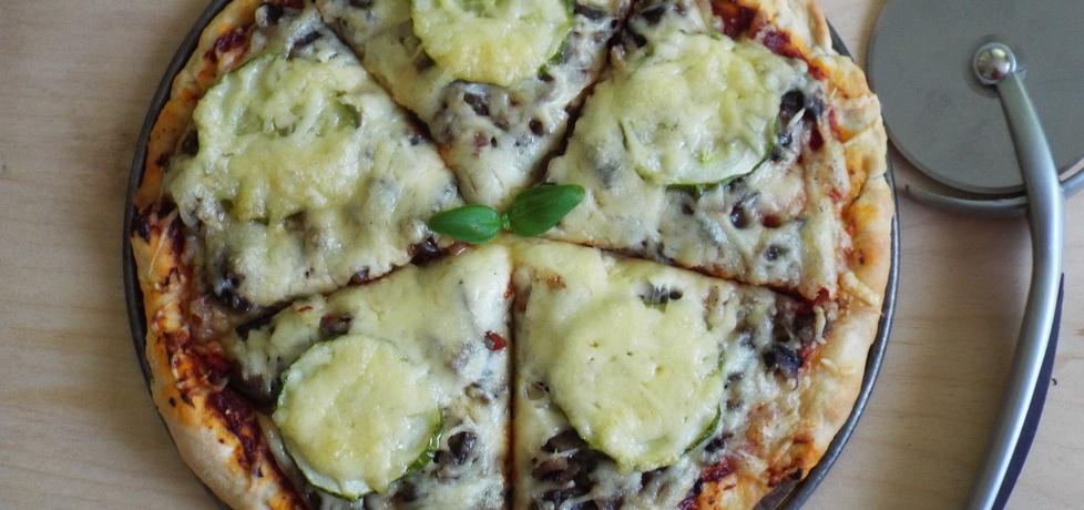 Pizza z pieczarkami i świeżym ogórkiem (autor: jola91 ...