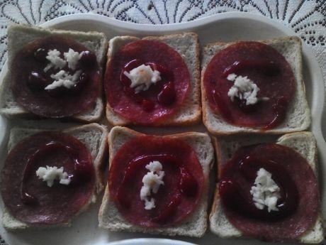 Przepis  zwykłe tosty z salami z sosami przepis