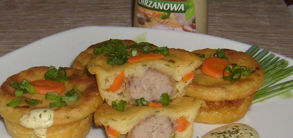 Ziemniaczane muffinki nadziewane mięsem z sosem musztardowym
