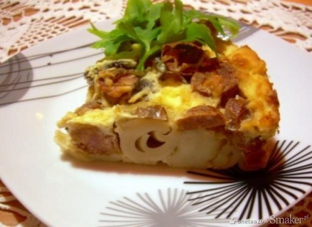 Makaronowa zapiekanka z kiełbasą, pieczarkami i serem