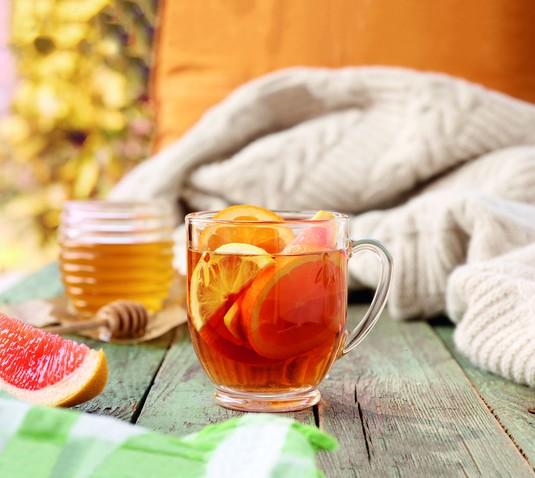Jesienna herbata z miodem i owocami