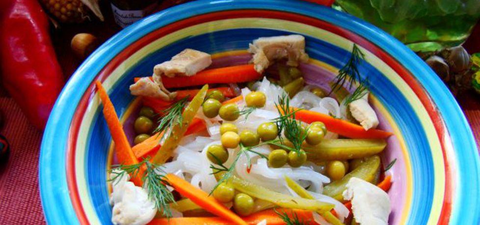 Sałatka z makaronem ryżowym ogórkiem kiszonym i kurczakiem ...