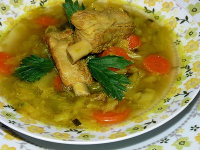 Zupa z młodej kapusty na żeberkach