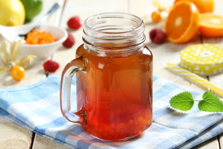 Zielona herbata z sokiem malinowym i owocowym kawiorem ...