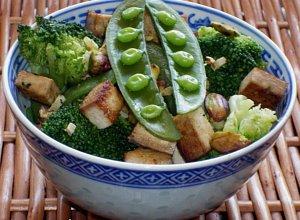 Brokuły z tofu, groszkiem i pistacjami