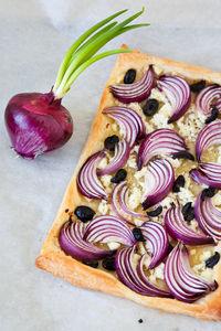 Tarta z czerwoną cebulą, fetą i oliwkami