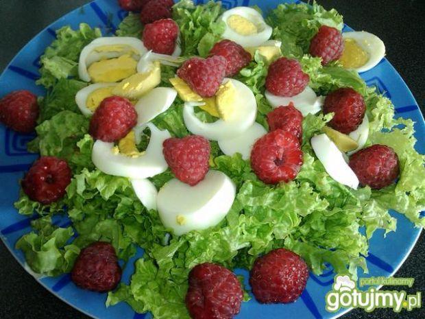 Przepis  sałatka z jajkiem i malinami przepis