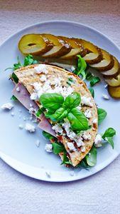 Omlet z suszonymi pomidorami i szynką