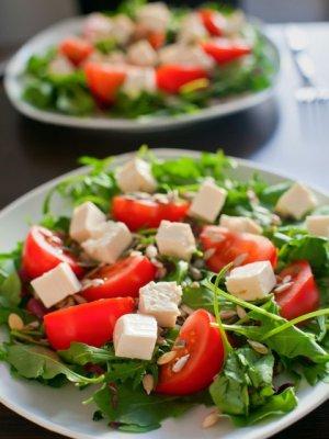 Sałatka z pomidorów, rukoli i fety  prosty przepis i składniki