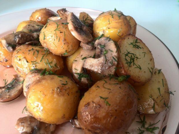 Przepis  pieczone młode ziemniaki z pieczarkami przepis