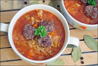 Zupa z kapustą włoską i pomidorami oraz pulpetami wołowymi ...