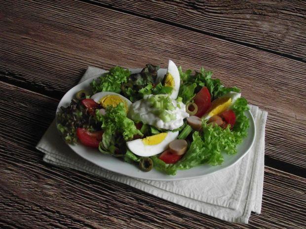 Przepis  lekka sałatka z jajkiem i parówką przepis