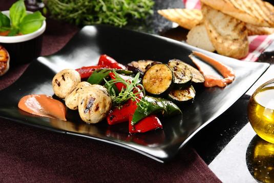Warzywa z grilla pachnące ziołami z dipem koktajlowym