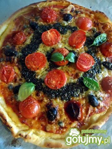 Przepis  pizza z pomidorkami, oliwkami i pesto przepis