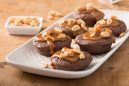 Mini brownie z orzeszkami ziemnymi i karmelem