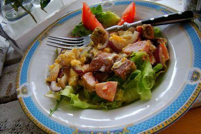 Śniadaniowa jajecznica z razowymi grzankami na sałacie ...