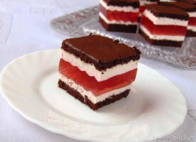 Warstwowe ciasto z galaretką poziomkową.