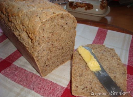 Chleb razowy z ziarnami i otrębami