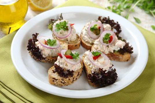 Kanapki z pastą z pieczonego łososia z marynowanymi warzywami ...