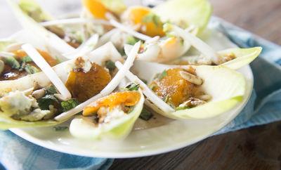 Sałatka z cykorią, mandarynką i serem pleśniowym
