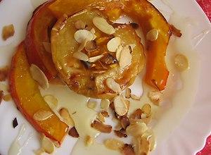 Dynia i jabłka pieczone skąpane w miodzie i płatkach midgałowych ...
