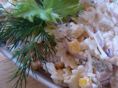 Sałatka makaronowa z szynką i zółtym serem