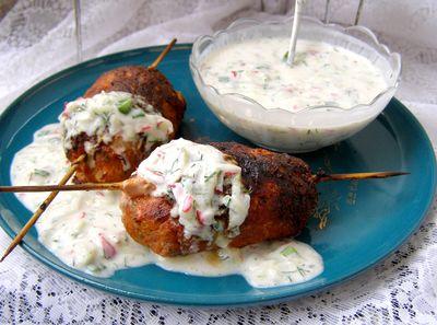 Kotlety mielone grillowane z sosem jogurtowym w stylu greckim ...