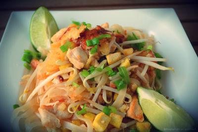 Makaron ryżowy po tajsku z kurczakiem w cieście naleśnikowym ...