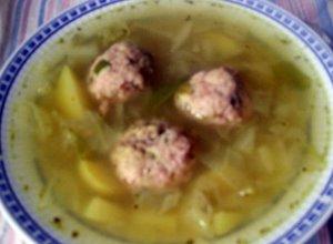 Kapuśniak z młodej kapusty, z pulpetami i ziemniakami
