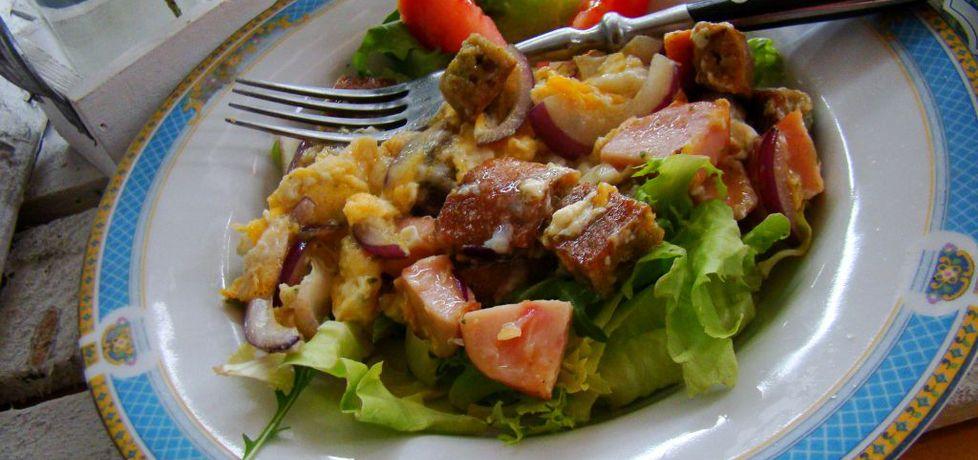 Jajecznica z razowymi grzankami i kiełbasą drobiową na sałacie ...