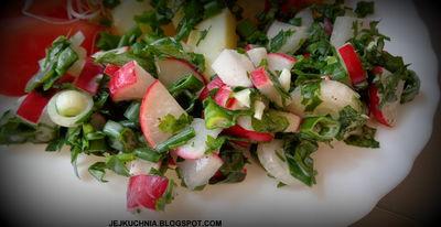 Wiosenna sałatka obiadowa z rzodkiewką i zieleniną ...