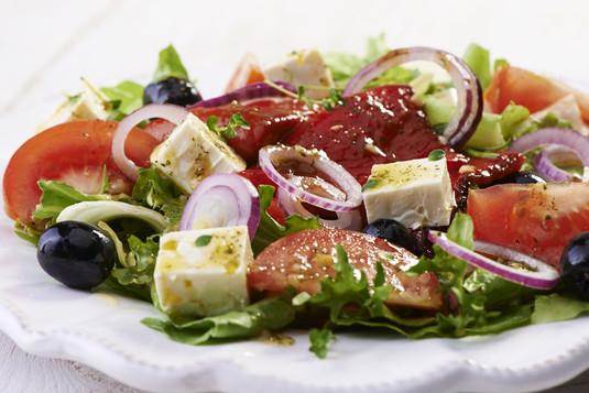Sałata z pieczoną papryką, oliwkami i serem feta