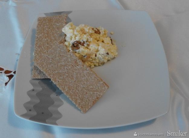 Biały ser z dodatkami.