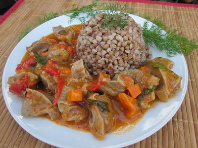 Gulasz z indyczych żołądków z warzywami