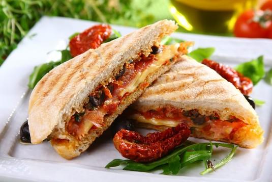Włoskie panini z szynką i serem