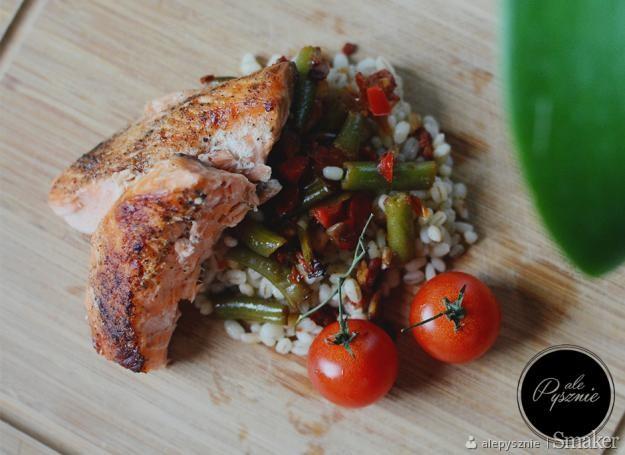 Pieczony łosoś z kaszą pęczak i warzywami