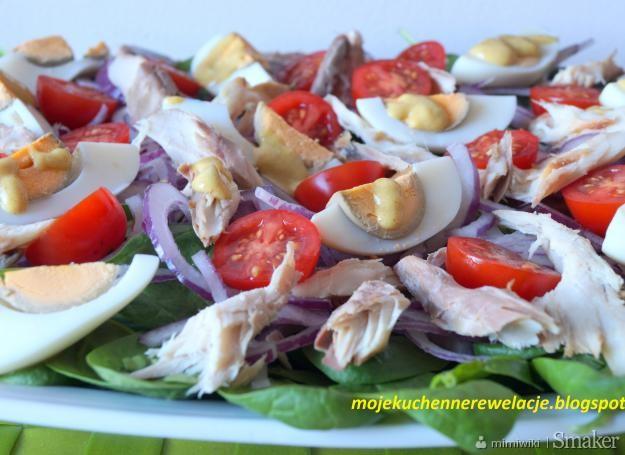 Sałatka ze szpinakiem i wędzoną makrelą