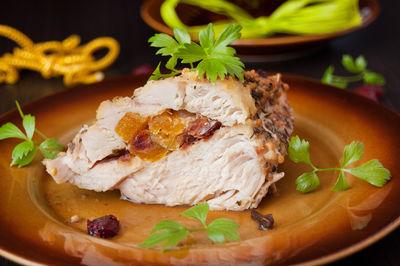 Filet z kurczaka faszerowany morelami, żurawiną i daktylami ...