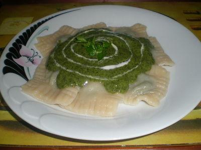 Ravioli ze szpinakiem i ricottą podane z sosem szpinakowym ...