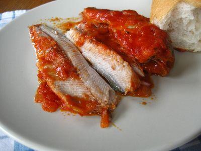 Śledzie pieczone w sosie pomidorowym
