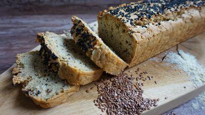 Bezglutenowy chleb drożdżowy z ziarnami i orzechami ...